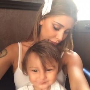 Belen e Santiago in un video su Facebook: il bimbo insultato e deriso dagli utenti