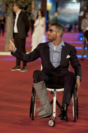 Lapo elkann sedia a rotelle e sigaretta sul red carpet for Film sedia a rotelle